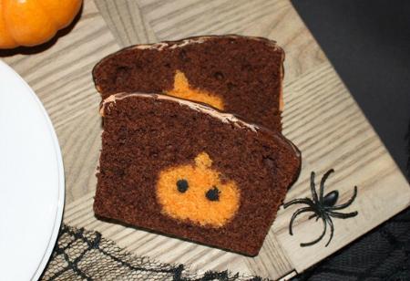 <b> Recipe: </b> Bake this spooky-cute Halloween cake with a secret pumpkin inside