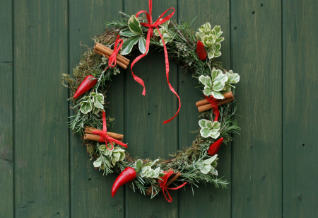 <b> How to: </b> Make a Christmas chilli wreath using cuttings from your garden